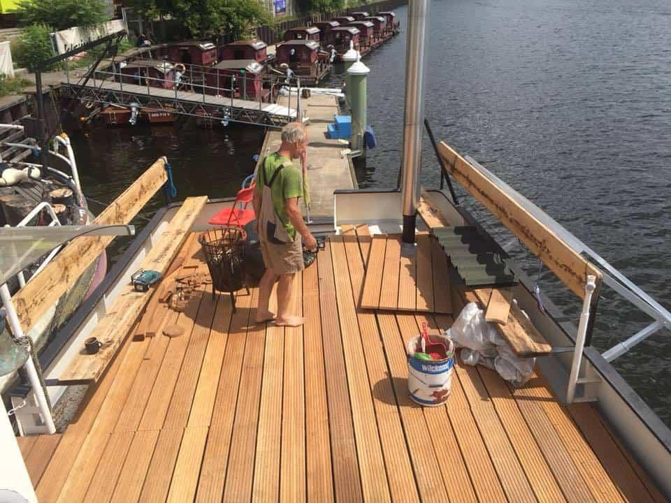 Die Chance auf ein riesiges Puzzle - Holzfussboden an Deck