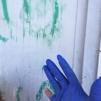 Graffiti entfernen im Camp Moria auf Lesbos