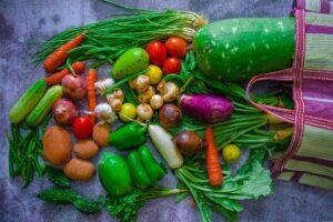 Gemüse das aus einer Einkaufstasche purzelt