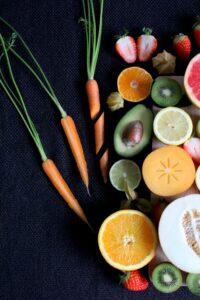 Obst und Gemüse auf einer Platte